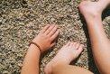 Fotografia: Momenty leta, fotograf: Tomáš Tomis, tagy: Pláž,žena,náramok,štrk