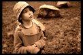 Fotografia: detska zvedavost, fotograf: Anna Pisarovičová, tagy: chlapec